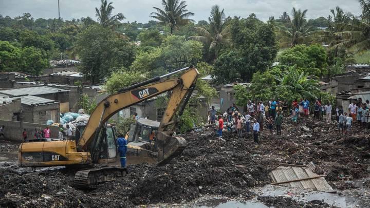 В столице Мозамбика под обрушившейся горой мусора погибли 17 человек