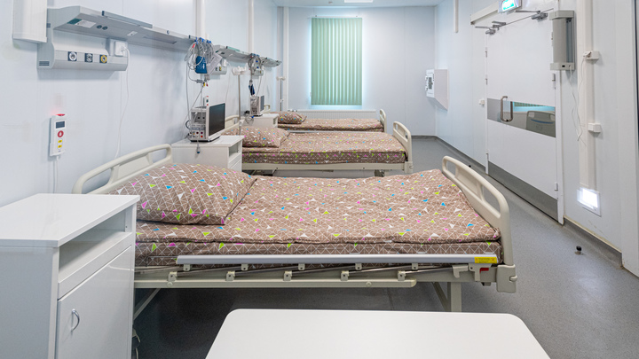 Таскавшую ребёнка за волосы медсестру из Новосибирска отстранили от работы