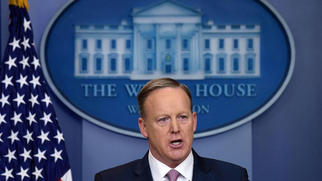 Очевидец рассказал, как Шон Спайсер украл мини-холодильник из Белого дома