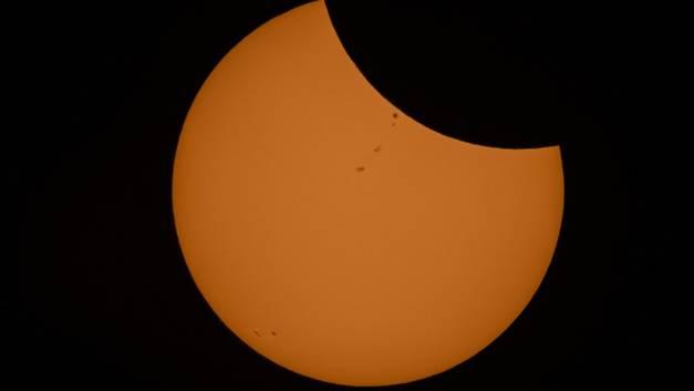 Солнечное затмение суперлуной на пятницу, 13-е, во всей красе - фото