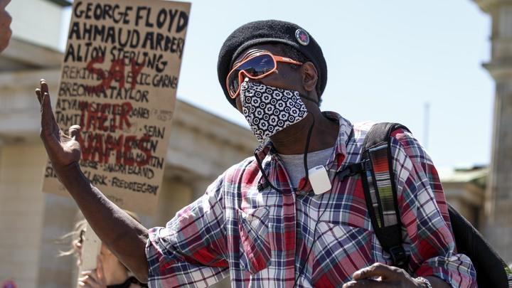 Ахеджакнуло!: В США белокожие активисты встали на колени