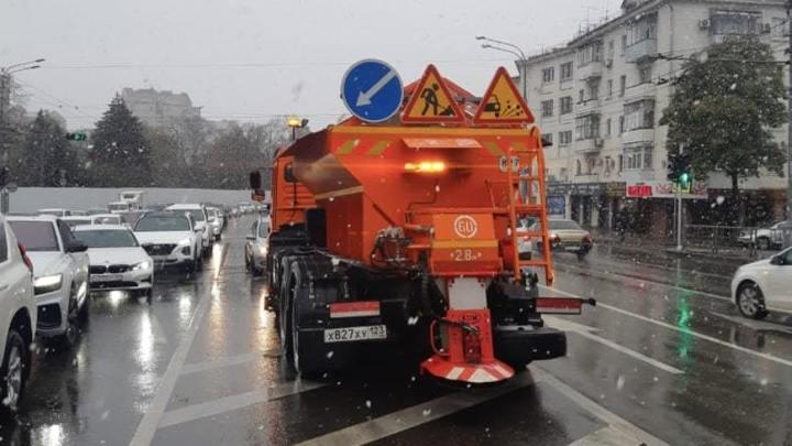 Краснодару грозит дорожный коллапс? На улицы города из-за непогоды вышла спецтехника