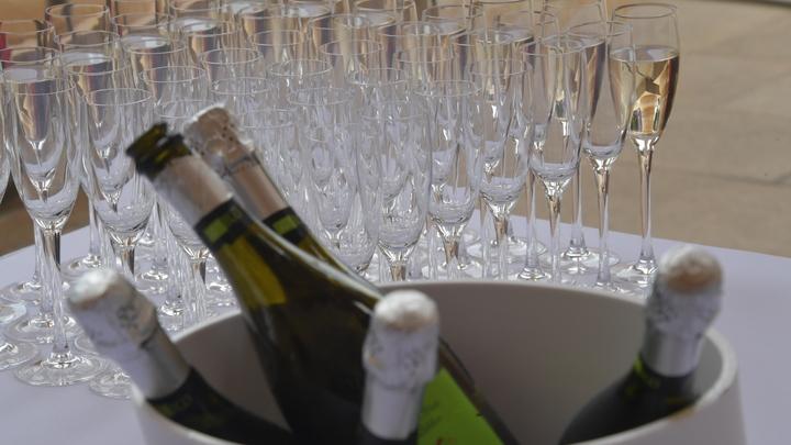 Ни капли шампанского: петербуржцам рассказали, какие лекарства нельзя мешать с алкоголем