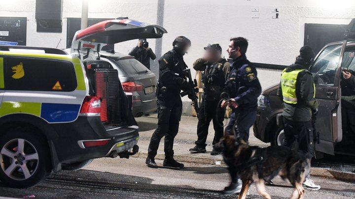 Бегают с автоматами и убивают друг друга: Ультранасилие мигрантов в Швеции привело в ужас полицию Германии