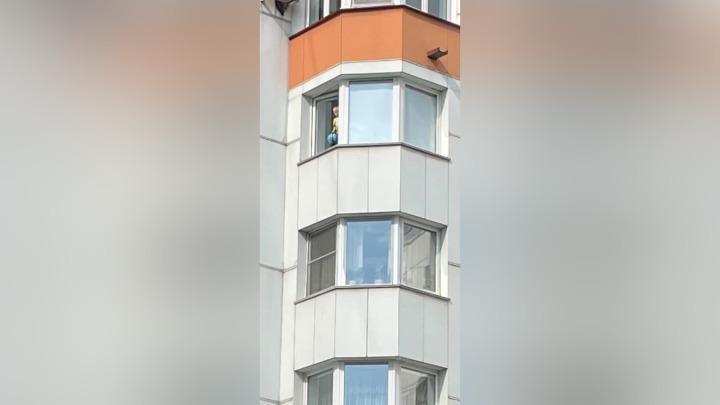 Маленький ребенок встал на подоконник и выкинул игрушки из окна многоэтажки
