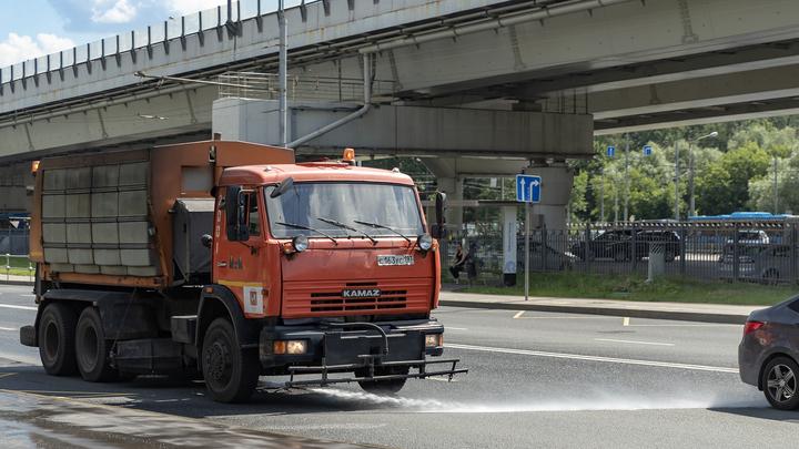 Жители Екатеринбурга пожаловались на гололед из-за мытья улиц при заморозках
