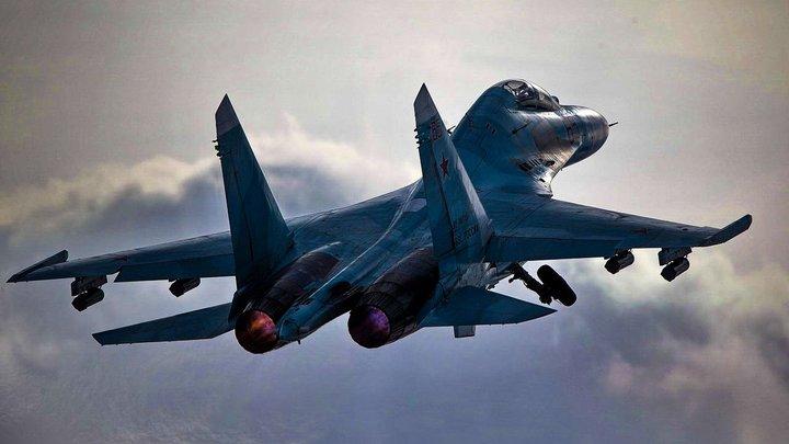Чёрный силуэт в белом море облаков: Минобороны России показало перехват бомбардировщиков США