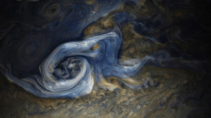Все оттенки синего: NASA показало фото необычной системы облаков Юпитера