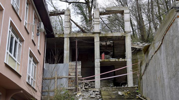 В Сочи сносят многоэтажку, построенную в садовом товариществе