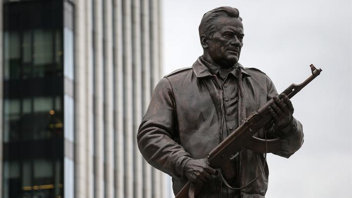 Открытие памятника Калашникову не обошлось без агрессивного пацифиста