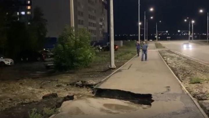 В Кургане на улице Мальцева ночью смыло тротуар из-за аварии на водопроводе