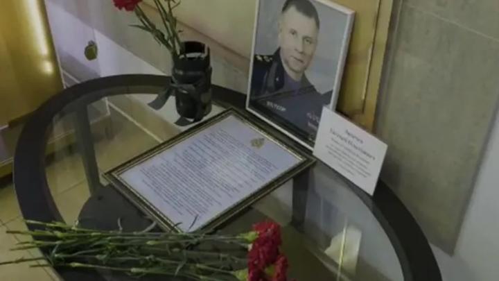 В Петербурге появился стихийный мемориал в память о погибшем главе МЧС Евгении Зиничеве