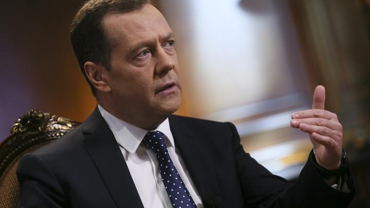 Медведев: Кабмин должен продумать тактику России в ответ на санкции