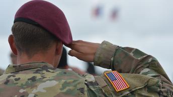Американский истребитель четыре часа патрулировал границу у трех регионов России