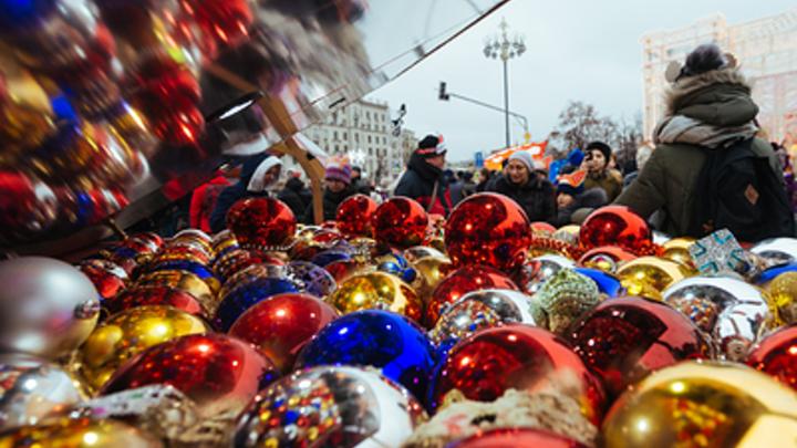 Жители России занимают лидирующие позиции среди работающих наций: Эксперт - об идее сокращения новогодних праздников