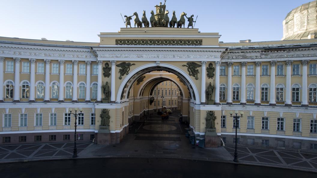 На Дворцовую площадь Санкт-Петербурга вышли танки Великой Отечественной войны