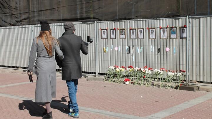 Стихийный мемориал на заборе: В Петербурге ищут место памяти погибших от COVID медиков