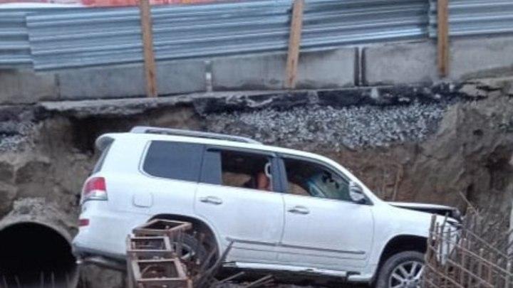 Внедорожник въехал в раскопанную теплотрассу в Новосибирске
