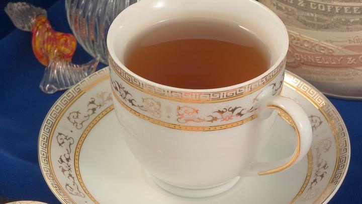 Плесень и пестициды человеку не угрожают: Эксперт развеял мифы о чае в пакетиках