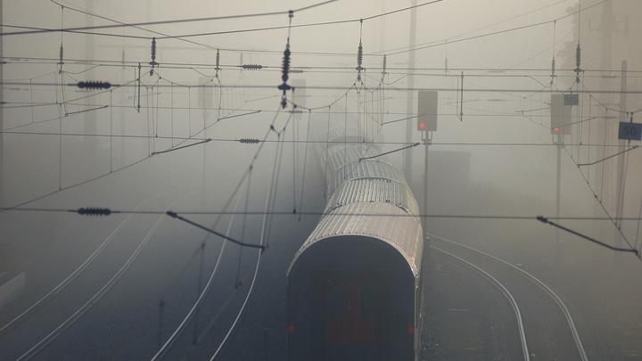 Цистерну, заполненную кислотой, разметало после столкновения с поездом - видео