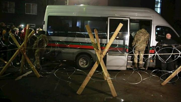 Начался шантаж: Радикалы растянули колючую проволоку у зданияNewsOne в Киеве