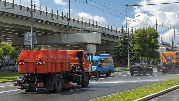 """Петербургские коммунальщики устроили дорожные """"фонтаны"""" из-за аномальной жары"""