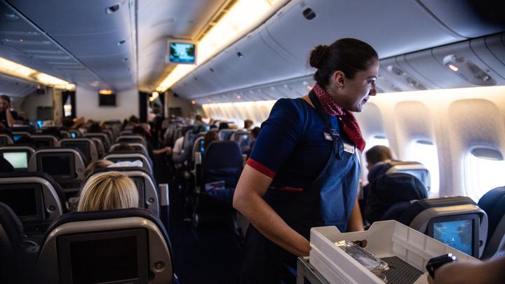 В Америке стюардесса вмиг прославилась, зачитав рэп на борту самолёта