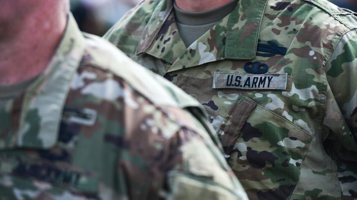 Приспичило: Американский солдат справил нужду на фасад МВД в Вильнюсе