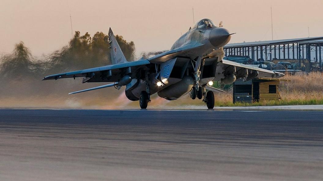Летчик МиГ-29 в опасном вираже поприветствовал освобожденных в Сирии - видео