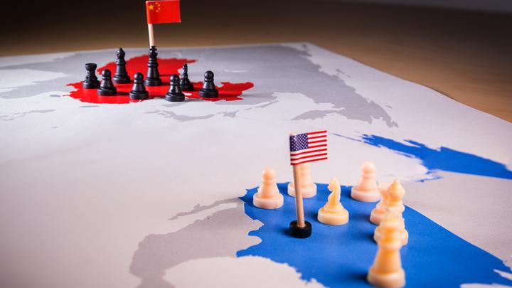 Почему США заявили о холодной войне с Китаем, а не с Россией
