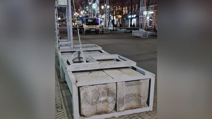 В Челябинске иллюминацию удерживают бетонные блоки