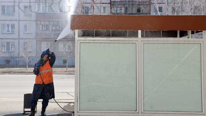 В Кургане начали отмывать автобусные остановки