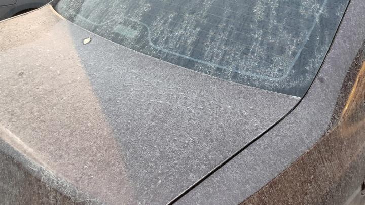 """""""Привет из Индонезии?"""": В Самарской области странные осадки покрыли автомобили неизвестной пылью"""