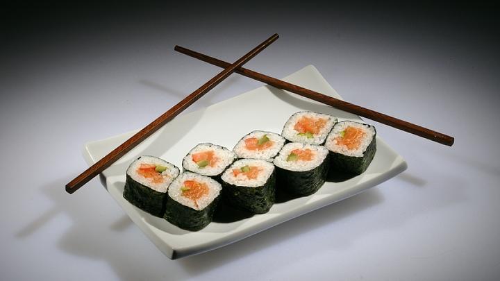 Поражение мозга и язва желудка: В Роскачестве предупредили об опасности суши