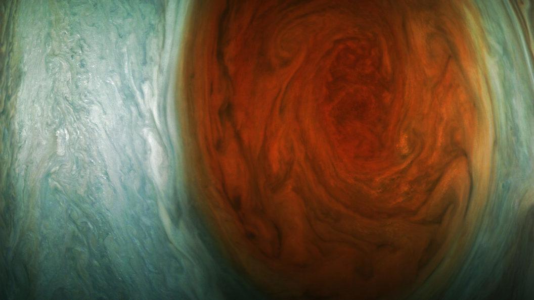 Зонд Juno впервые заглянул внутрь большого красного пятна Юпитера