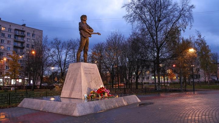 Памятник Виктору Цою в Санкт-Петербурге подсветили
