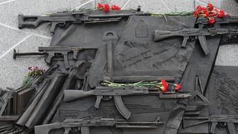 Полиция задержала рабочих, снимавших немецкий барельеф с памятника Калашникову