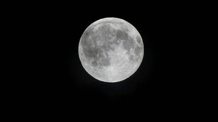 Астроном США разглядел возле Луны НЛО с выхлопной трубой