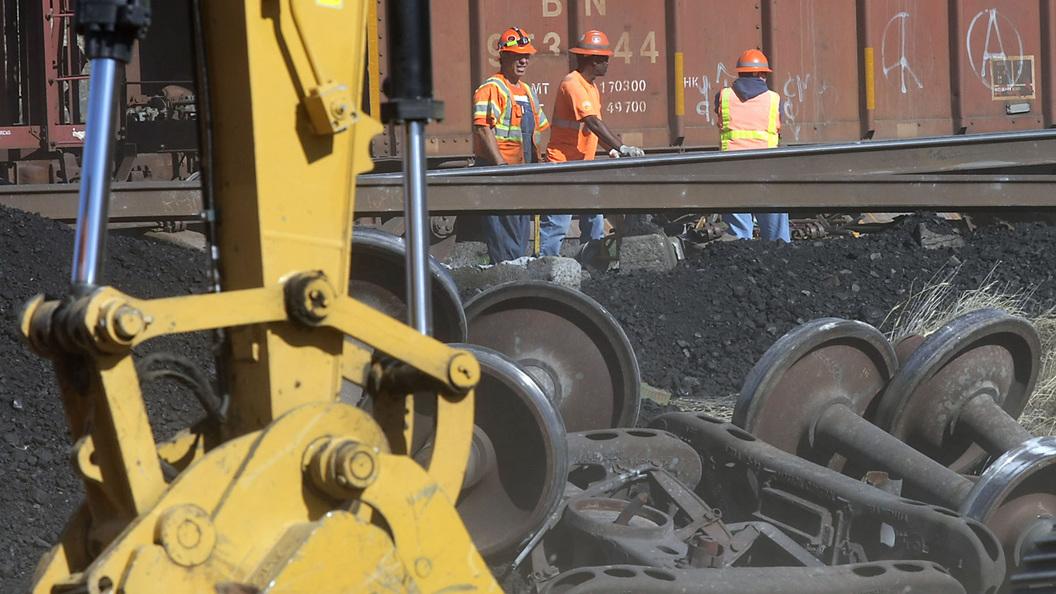 В США сошел с рельсов и загорелся поезд с отравляющими веществами