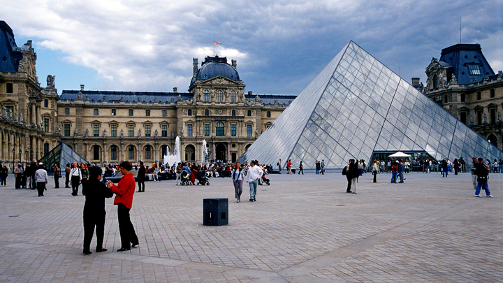 В Париже срочно эвакуируют Лувр