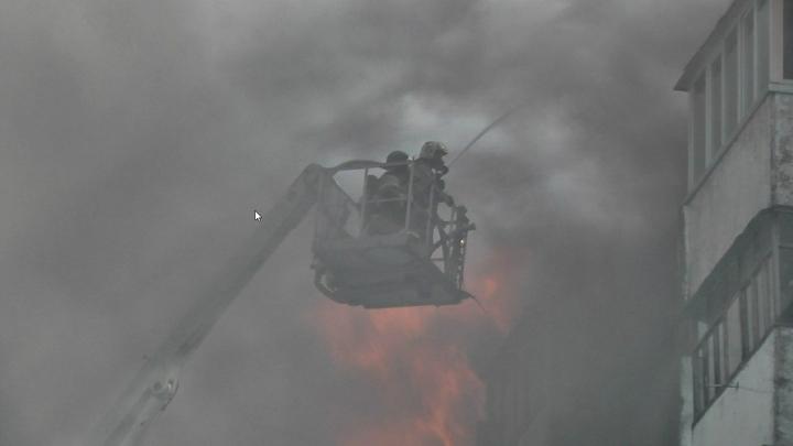 При тушении пожара в Омске водой залили все 122 квартиры дома