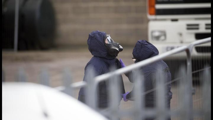 Найти хулиганов сложнее, чем сотрудников ГРУ: Британская полиция пришла в замешательство из-за российского флага над Солсбери