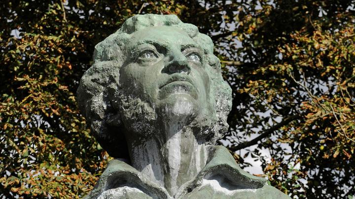 Не отставать от шумеров: В Риге осквернили памятник Пушкину