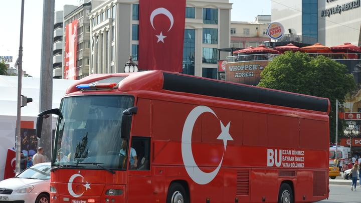 В Турции автобус столкнулся с коровами и перевернулся, четыре человека погибли