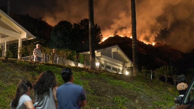 Мощный природный пожар угрожает Лос-Анджелесу - губернатор
