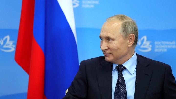 Путин предложил ведущему ВЭФ сменить гражданство США на российское