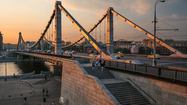 Мужчина разбился насмерть при падении с Крымского моста на теплоход
