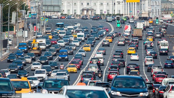 Колонна ретро-автомобилей проехалась по Москве