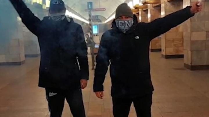 Зато хайпанули: хулиганов, устроивших файер-шоу в метро Петербурга, вычислили по соцсетям