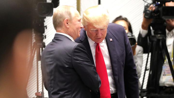 Трамп принял футбольный мяч от В. Путина  иотдал пас собственной  жене